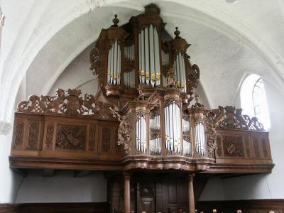 Het imposante Hinszorgel uit 1731 in het al even imposante kerkje van Zandeweer is in 2008 gerestaureerd. Door kenners wordt het orgel 'een opmerkelijk pareltje' genoemd. (© www.zandeweer.com)