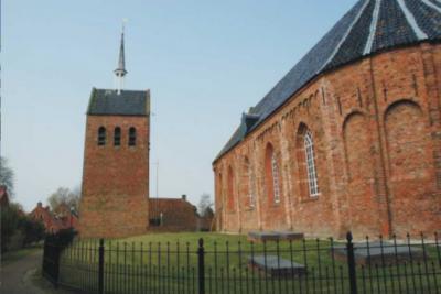 De provincie Groningen heeft gelukkig nog heel veel prachtige gerestaureerde stokoude kerkjes. Mooi is ook dat ze allemaal anders zijn. Zoals het kerkje van Zandeweer uit de 13e eeuw, met losstaande toren uit de 15e eeuw. Daar vind je geen tweede van.