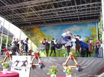 In Zelhem hebben ze voor elk wat wils: wie niet van scheurende motoren houdt maar van volksdansen, kan terecht op het Internationaal Folkoristisch Dansfestival.