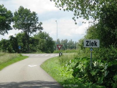 Buurtschap Ziek. Nederland heeft veel 'grappige' plaatsnamen als je kijkt naar de huidige naam in relatie tot de associaties die de naam opwekt. Maar zoals zo vaak is het ook hier niet wat je denkt. Zie kopje Naam.