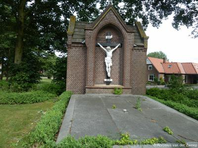 Dit object tegenover de Sint-Werenfriduskerk in Zieuwent is vermoedelijk de grafkelder waar de pastores begraven liggen, zoals vermeld in het onder Bezienswaardigheden gelinkte parochieblad 2018 nr. 5.