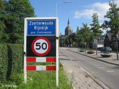 Het dorp Zoeterwoude-Rijndijk is genoemd naar de ligging aan de Hoge Rijndijk. Op de achtergrond de rijksmonumentale Goede Herderkerk (voorheen Meerburgkerk) uit 1896.