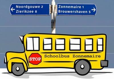 Uiteraard zijn de ouders in Zonnemaire 'not amused' dat Basisschool De Zonnewijzer na afloop van schooljaar 2017-2018 is gesloten. Maar ze zitten niet bij de pakken neer en brengen de kinderen vanaf aug. 2018 met de schoolbus naar de scholen in Zierikzee.