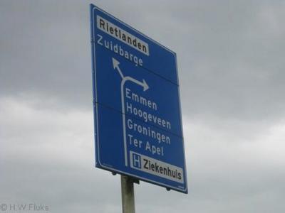 De gemeente Emmen ziet Zuidbarge, gezien de plaatsnaamborden, dus als wijk van Emmen. Op de richtingborden staat Zuidbarge daarentegen wél als plaats (want wit op blauw) aangegeven. Wijken worden op richtingborden immers in zwart op wit aangegeven.