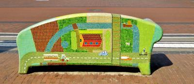 Achterzijde van een van de fraaie, kleurrijke mozaïekbanken/verhalenbanken aan de Spoorstraat in Zuidbroek (© Jan Oosterboer)