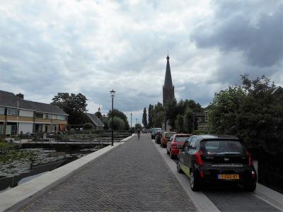 Zuidbuurt, dorpsgezicht, met op de achtergrond de kerktoren van RK kerk Sint Jans Onthoofding (© Hans van Embden)
