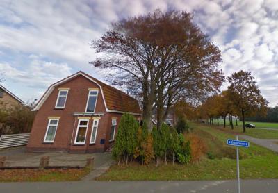 De buurtschap Zuiderveen heeft geen plaatsnaamborden, zodat je slechts aan de gelijknamige straatnaambordjes kunt zien dat je er bent aangekomen