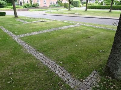 De Hanckemaborg in Zuidhorn is in 1877 helaas gesloopt. Op initiatief van de Historische Kring zijn de contouren in 1993 in wegdek en bermen zichtbaar gemaakt. (© Harry Perton / https://groninganus.wordpress.com/2019/06/30/rondje-gaarkeuken-oosterzand)