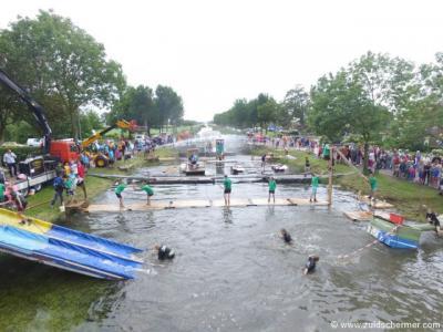 Tijdens de kermis in Zuidschermer (augustus) is het een dolle boel, o.a. met sport- en spelactiviteiten in en om het water van de Zuidervaart. Daarbij houdt men het zo te zien niet altijd droog, maar dat is vast ook de bedoeling. :-)