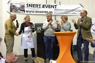 En de winnaar van het NK Snertkoken 2016 in Zuidschermer is... Ineke Luybé uit Zuidschermer. Dat is echt puur toeval, want er is een onafhankelijke jury. Nr. 2 was Doën Hermansson uit Heerhugowaard, nr. 3 Michel Rekers uit Koedijk.
