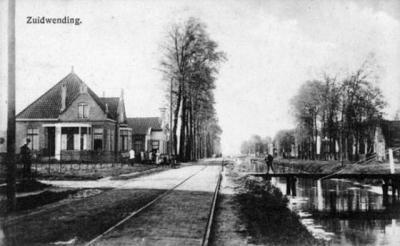Zuidwending, ansichtkaart uit begin 20e eeuw, met links nr. 137, verder het nog niet gedempte kanaal en de rails van de paardentram Veendam-Pekela, die pas in 1923 is opgeheven en door bussen is vervangen.