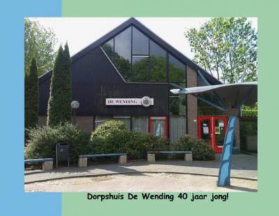 In 1975 is de gesloten lagere school van Zuidwending verbouwd en herbestemd tot dorpshuis De Wending en sindsdien het bruisende dorpshart. Inmiddels dus alweer meer dan 40 jaar. En dankzij isolatie en zonnepanelen, in 2017, kan het pand nóg 40 jaar mee.