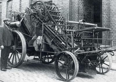 Een van de dingen waar het kleine dorp Zuidwending landelijk bekend om is: in 1946 heeft inwoner Thomas Zuiderweg de veenkoloniale aardappelrooimachine uitgevonden. Voorheen moest dat nog met de blote handen gebeuren. (© www.veenkoloniaalmuseum.nl)