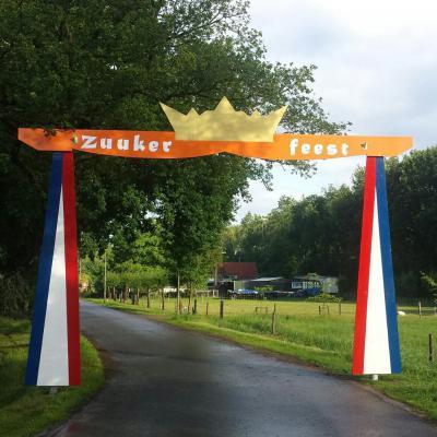 Jaarlijks, in juni, staat de anders zo rustige buurtschap Zuuk gedurende vier dagen figuurlijk op zijn kop, tijdens het Zuukerfeest, met allerlei sport- en spelactiviteiten en optredens van diverse artiesten. (© www.zuukerfeest.nl)