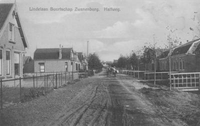 Zwanenburg is pas na de Tweede Wereldoorlog in hoog tempo uitgegroeid tot het huidige grote dorp. Voorheen werd het als buurtschap van Halfweg beschouwd, zoals op deze ansichtkaart uit ca. 1930 met de toen net aangelegde Lindenlaan te lezen is.