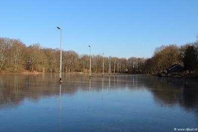 In Zwiggelte hebben ze 's winters een prachtige ijsbaan. Mits het hard genoeg vriest natuurlijk.