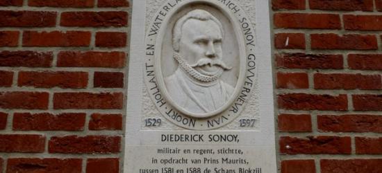 Gevelsteen ter herdenking van het feit dat Diederick Sonoy in Blokzijl eind 16e eeuw een schans heeft aangelegd.