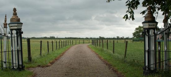 Buurtschap Molembaix, entree tot het terrein van de gelijknamige hoeve
