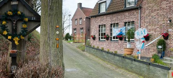 Daniken is nog een mooi landelijk buurtschapje, nét buiten de drukte van de stad Geleen, met ook hier o.a. een wegkruis.