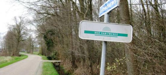 Het logo van het samenwerkingsverband Hof van Twente dat voorafging aan de oprichting van de gelijknamige gemeente, had zes halve cirkels die symbool gestaan zullen hebben voor de zes kernen van die gemeenten.