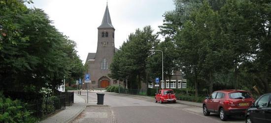 Lattrop, Dorpsstraat met op de achtergrond de Rooms-Katholieke kerk gewijd aan de heilige Simon en Judas.