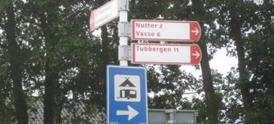 Buurtschap Nutter bij Ootmarsum is een officiële woonplaats, maar heeft vreemd genoeg geen plaatsnaamborden, dus aan de hand van richtingwijzers en ANWB-paddenstoelen waar de afstand op staat aangegeven, moet je maar gokken wanneer je er bent aanbeland...