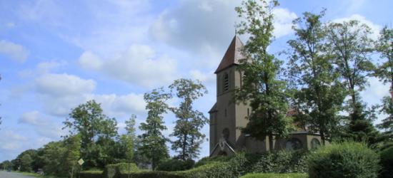 De kerk langs de straatweg in Opeinde