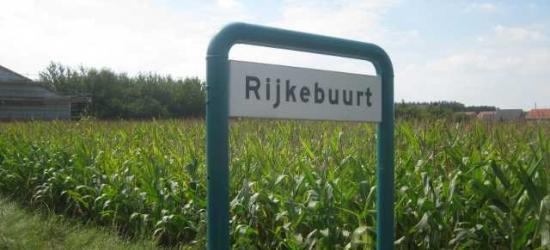 Buurtschap Rijkebuurt ligt buiten de bebouwde kom en heeft daarom witte plaatsnaamborden