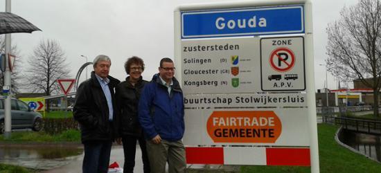 V.l.n.r.: Jaap Warners van FairTrade Gouda, wethouder Wendy Ruwhof en Co van der Horst van Stg. Buurtschap Stolwijkersluis onthullen de nieuwe komborden van Gouda met onderbord 'buurtschap Stolwijkersluis'. Stolwijkersluis eindelijk 'op de kaart'!