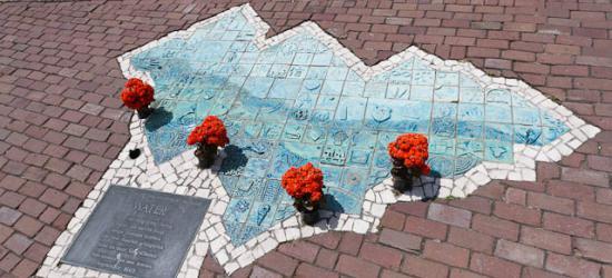 """Volendam, de dijk, het monument ter nagedachtenis van de brand in """"Het Hemeltje"""""""