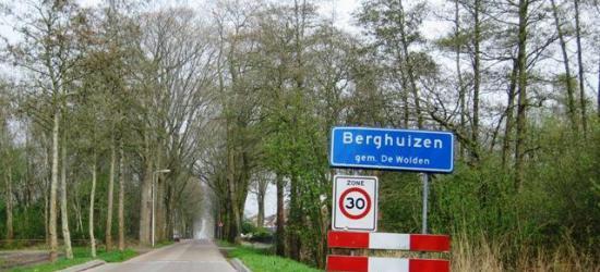 Het plaatsje Berghuizen bij Ruinerwold heeft een bebouwde kom met blauwe plaatsnaamborden, een zekere mate van kern en een kerk, en is daarom als dorp te kwalificeren. Maar voor de postadressen ligt het dorpje 'in' Ruinerwold.