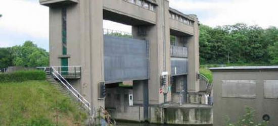 De imposante huidige Keerschutsluis Limmel bij Borgharen in het Julianakanaal. Door de twee schuiven met 'vluchtheuvel' in het midden kunnen de huidige grote schepen er niet altijd door. Daarom komt er in 2018 een nieuwe sluis.