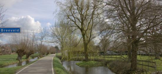 Aan het begin van de langgerekte buurtschap Breeveld mooi gelegen aan de oever van de Oude Rijn