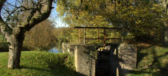 Een sluisje bij poldermolen De Watermolen in Geldermalsen