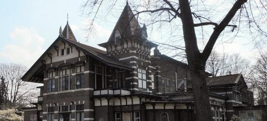 Hengelo, tussen de ultramoderne nieuwbouw en historische fabriekspanden staat op Berfloweg 1 het fraaie Vereenigingsgebouw uit 1893, door C.T. Stork geschonken aan zijn personeel t.g.v. het 25-jarig bestaan van zijn bedrijf.