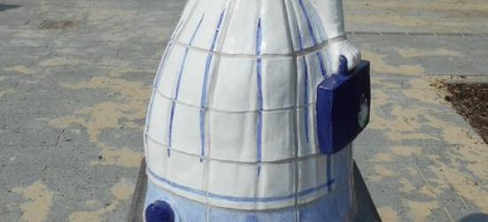 Sinds 2012 staat op de hoek Beursstraat/Enschedesestraat een beeld van een boerin in Delfts blauw met ouderwetse klederdracht, maar wel met laptop en mobieltje. Het beeld 'Wiefie' is ontworpen door de Hengelose kunstenares Guusje Beverdam.