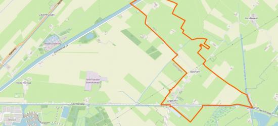 Dit (binnen de oranje lijn) is de dorpskern van het dorp Lageland, met O en N daarvan nog een stuk buitengebied. Dit gebied valt sinds 2018 onder de gemeente Midden-Groningen. T/m 2017 gemeente Slochteren. (© www.openstreetmap.org)