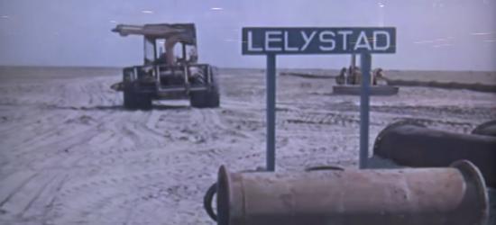Lelystad is in 1967 ontstaan op deze kale vlakte. Een plaatsnaambord is er alvast neergezet, zodat de voorbijganger weet dat op deze plek de stad gebouwd gaat worden. (© www.omroepflevoland.nl)
