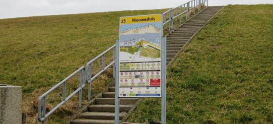 In de buurtschap Nieuwesluis bij Breskens kun je alleen aan een informatiepaneel ter plekke zien dat je je in het plaatsje bevindt. De buurtschap heeft namelijk geen plaatsnaamborden.