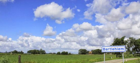 De nieuwe gemeente Noardeast-Fryslân heeft maar liefst 51 dorpen, 56 buurtschappen en 1 stad, alle de moeite waard om eens wandelend of fietsend te bezoeken. 16 ervan laten we hier vast zien. Te beginnen met de landelijk bekende buurtschap Bartlehiem.