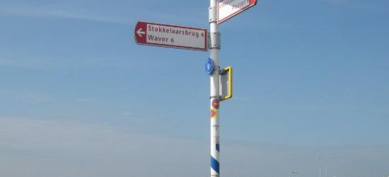 Bij de buurtschap Stokkelaarsbrug staan wel richtingborden in de buurt zodat je weet welke richting je uit moet, maar ter plekke staan geen plaatsnaamborden zodat je niet weet wanneer je er aangekomen bent. Dat is dan weer jammer...