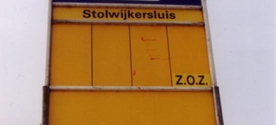 Tot 2014 had de buurtschap Stolwijkersluis geen plaatsnaamborden, zodat je alleen aan het busbordje kon zien dat je er was aanbeland. Maar daar kon iemand niet aan 'ruiken' dat dit naast een sluis ook nog een buurtschap en dus plaats(naam) is.