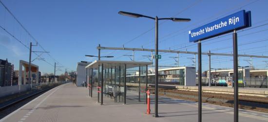Station Utrecht Vaartsche Rijn was in 2017, het eerste jaar van zijn bestaan, met dagelijks meer dan  6.000 reizigers meteen al het drukste station van de zeven nieuwe stations van Randstadspoor. Een schot in de roos dus! (© Jan Dijkstra, Houten)