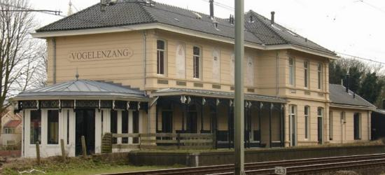 Het voormalige Station Vogelenzang is tegenwoordig in gebruik als Het Woonstation, de gezamenlijke benaming voor een aantal winkels en adviseurs op het gebied van wonen en kantoor. (© Bart van der Schagt / www.nlnatuur.nl)