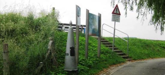 Grenspaal 109 bij buurtschap Voulwames. Aan de overkant van de Maas ligt de buurtschap Herbricht, in België. In de praktijk loopt de landsgrens hier midden door de Maas, maar daar kun je nu eenmaal geen grenspaal plaatsen...