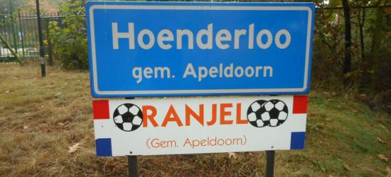 Tijdens de voorbereiding van belangrijke wedstrijden verblijft en traint het Oranje Elftal op het terrein van Hotel Victoria in Woeste Hoeve bij Hoenderloo. Dat dorp wordt daarom in die perioden ook wel Oranjeloo genoemd. (© Hans van Embden)