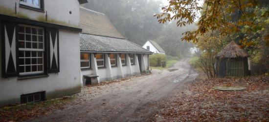 Restaurant De Woeste Hoeve in de gelijknamige buurtschap is gevestigd in de in 1771 herbouwde herberg. De middeleeuwse voorganger was kort daarvoor afgebrand. Zie voor een mooie sage die daarbij hoort het hoofdstuk Geschiedenis. (© Hans van Embden)