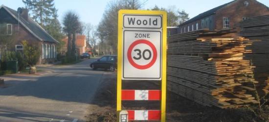 In de kern van Woold (die kennelijk formeel geen 'bebouwde kom' is, anders waren het blauwe borden geweest) staan opnieuw plaatsnaamborden, met 30 km-zone