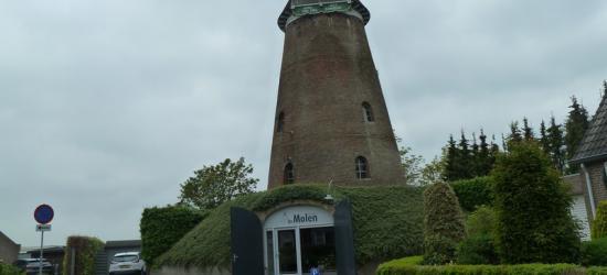 De blikvanger in buurtschap Zandeind is de rijksmonumentale molenromp van de Rielse Molen. Tegenwoordig is het een woonhuis en kapsalon.