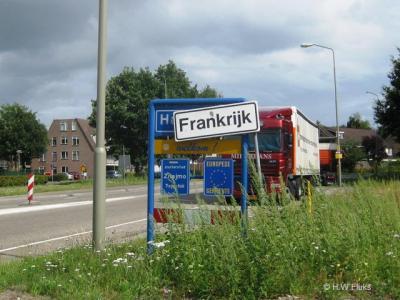 In Nederland zijn veel buitenlandse plaatsnamen. Zo kun je bijv. in Frankrijk op vakantie gaan terwijl je toch gewoon in Nederland blijft...